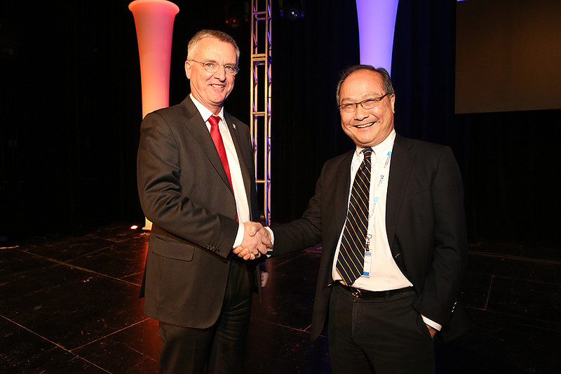 """Celebrating the 50th anniversary of the European Southern Observatory, ESO director general Tim de Zeeuw gave a special Wednesday-evening plenary address, """"ESO: Present and Future."""" Fred K. Y. Lo (National Radio Astronomy Observatory) chaired the session. AAS photo © 2014 Joson Images."""