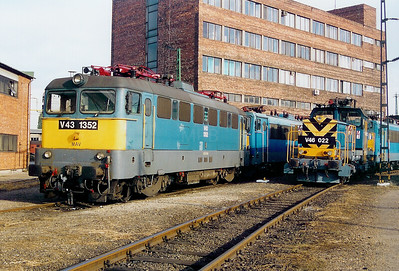 V43 1352 at Ferencvaros Depot on 7th October 2003