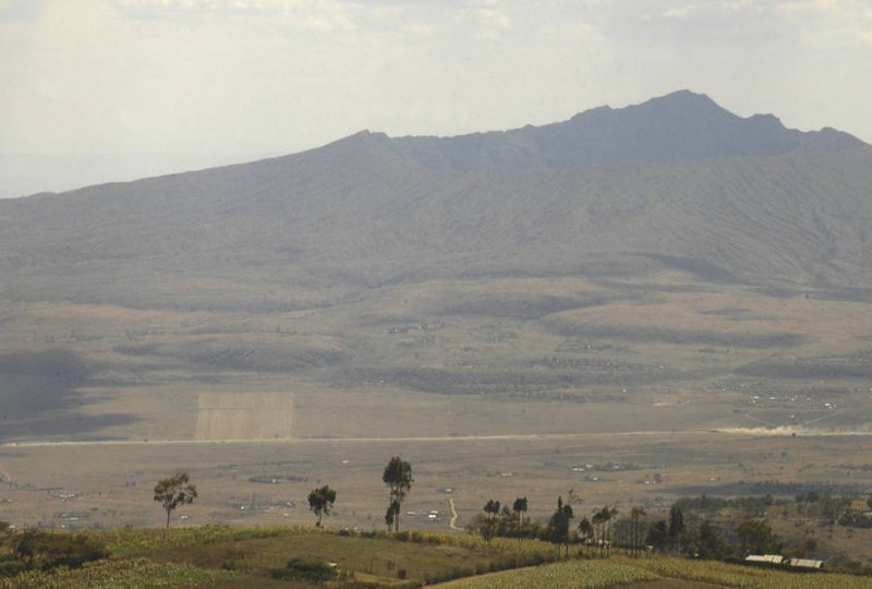 x_29 Mt Longonot crater in distance