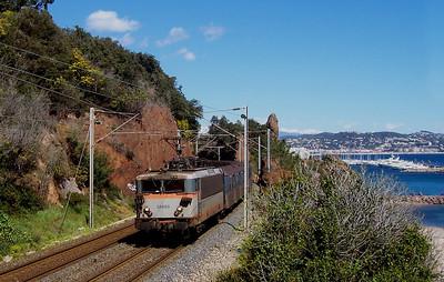 -- 2006 -- Regional Express service #81216, the 12:15 from Ventimiglia to Frejus; led by dual-voltage Alstom built #25668 passes above Plage de la Rague at Mandelieu-la-Napoule, west of Cannes on the Cote d'Azur.