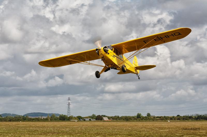 Piper J-3 Cub en montée après avoir décollé sur la 23 à Laon Chambry ( LFAF )