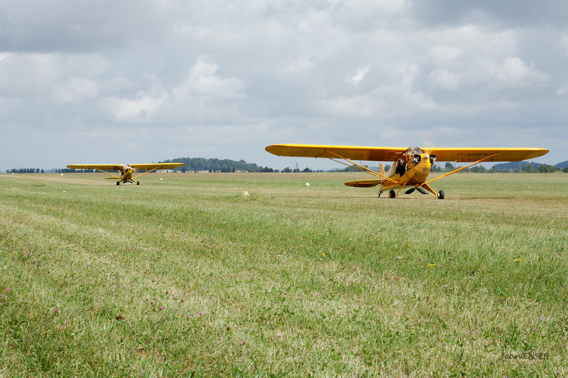 Deux Piper J-3 Cub au roulage sur le taxiway de la 35-17 à Laon Chambry ( LFAF )