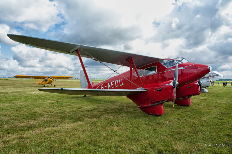 G-AEDU  -  1937 De Havilland DH90A Dragonfly C/N 7526<br /> En arrière-plan un Piper J-3 ( Piper Cub )<br /> Visite de pilotes anglais sur avions de collection à Laon le 25 juillet 2009