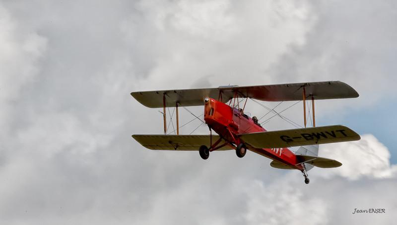 De Havilland Tiger Moth G-BWVT en montée après avoir décollé sur la 23 à Laon Chambry ( LFAF )<br /> G-BWVT - 1942 De Havilland Australia DH-82A Tiger Moth  C/N DHA1039