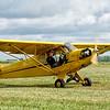 Piper J-3 Cub<br /> (à noter que le pilote est en place arrière afin de laisser le siège avant à l'observateur )