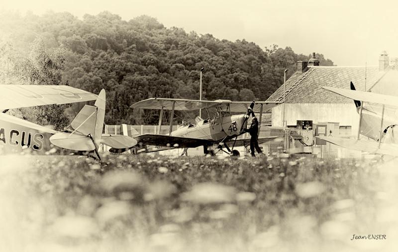 Avant l'envol...on brasse...on inspecte, on cajole le vieux Monsieur !<br /> <br /> De Havilland DH. 82 Tiger Moth G-BPHR