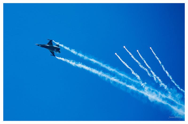 Lâcher de leurres par un General Dynamics F-16 Fighting Falcon<br /> Sur la Base 112 de Reims, le 28 juin 2009, lors du Meeting du Centenaire, une manifestation aérienne « historique » organisée pour commémorer les cent ans de la Grande Semaine d'Aviation de la Champagne, premier meeting international d'aviation de l'histoire