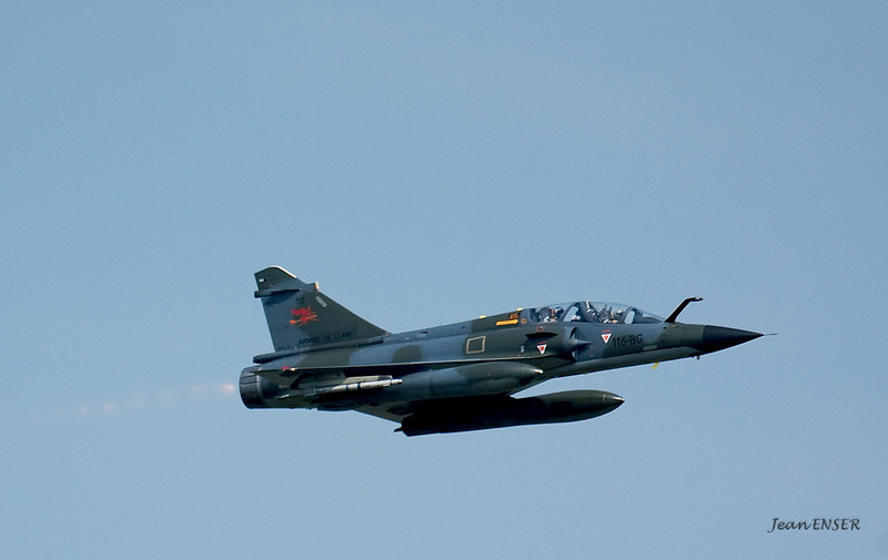 Mirage 2000<br /> Passage basse hauteur sur la Base 112 de Reims, le 28 juin 2009, lors du Meeting du Centenaire, une manifestation aérienne « historique » organisée pour commémorer les cent ans de la Grande Semaine d'Aviation de la Champagne, premier meeting international d'aviation de l'histoire