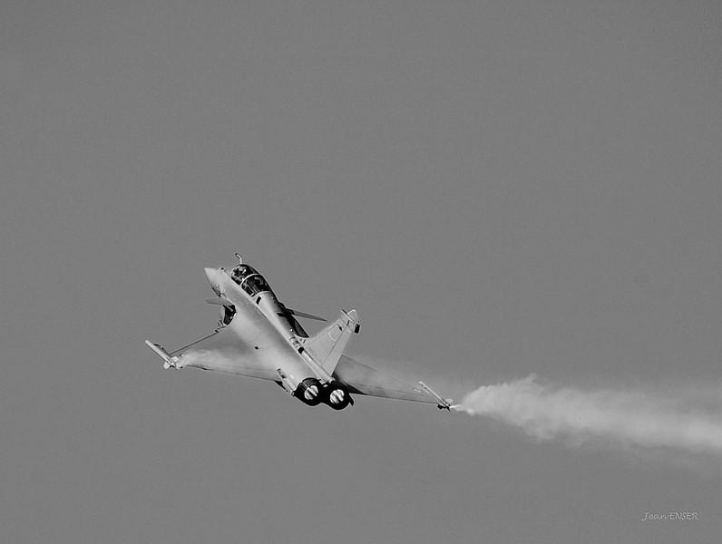 """Dassault """"Rafale"""" effectuant une manoeuvre appelée """"Le Cobra"""" ou """"Cobra de Pougatchev """"<br /> Sur la Base 112 de Reims, le 28 juin 2009, lors du Meeting du Centenaire, une manifestation aérienne « historique » organisée pour commémorer les cent ans de la Grande Semaine d'Aviation de la Champagne, premier meeting international d'aviation de l'histoire"""