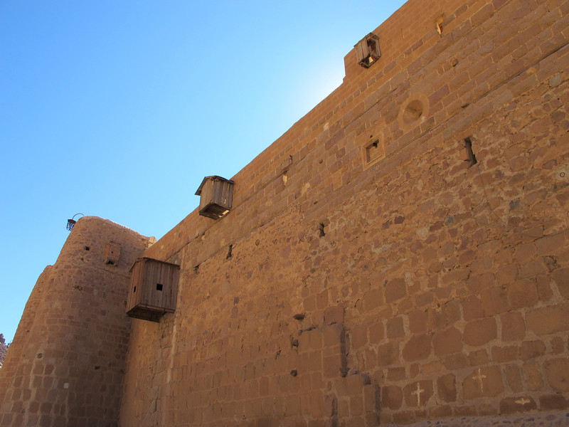 The height of the fortress wall varies from between ten and twenty meters, while its thickness varies from between two and three metres. The north wall of the monastery was badly damaged in 1798, and repaired by French soldiers at the time of Napoleon Bonaparte.