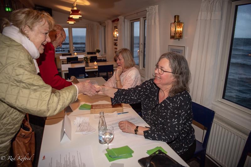 Den allestedsnærværende sekretær Susanne Barnewitz Christrup tjekker fuldmagter og medlemskort sammen med Birgit Stougaard