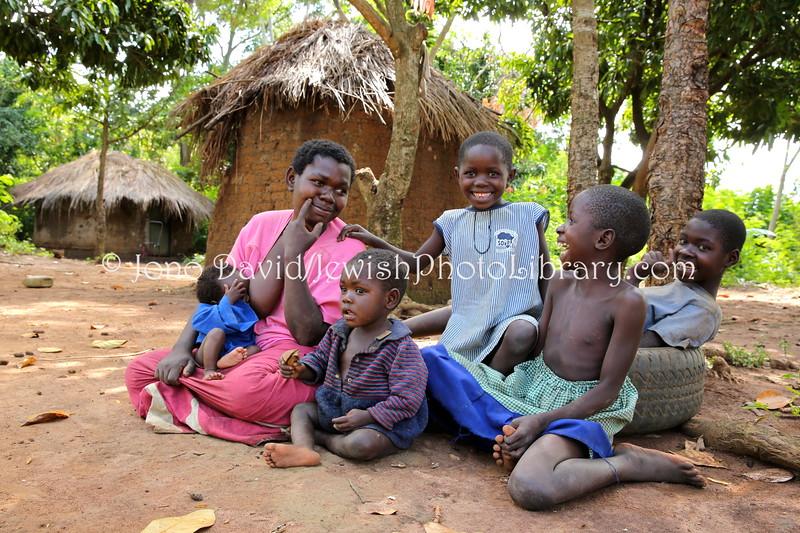UG 423  Rabbi Eri Kaiduwa's wife and children