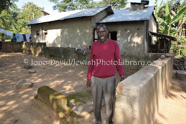 UGANDA, Mbale District, Namanyonyi Sub-county, Nangolo Village. Cemetery of Yonadav Keki at home of Yoav Yonadav (J.J.) Keki, half-brother of Rabbi Gershom Sizomu. Abayudaya Jews. (8.2013)