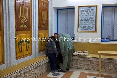 TN 910  Ma'ariv (evening service) Synagogue Trabelsia  Hara Kebira, Djerba, Tunisia