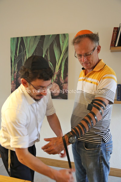 MU 360  Rabbi Laima Barber and Owen Griffiths, President, Island Hebrew Congregation Mauritius, doing tefillin