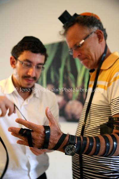 MU 371  Rabbi Laima Barber and Owen Griffiths, President, Island Hebrew Congregation Mauritius, doing tefillin