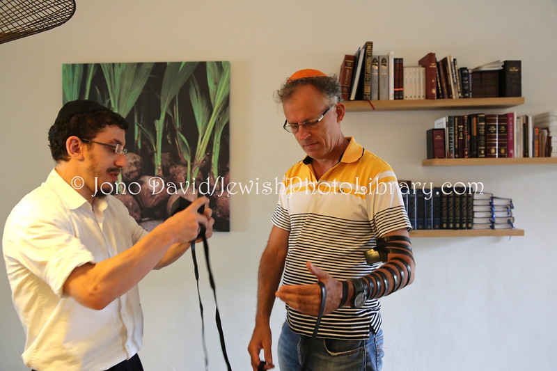 MU 364  Rabbi Laima Barber and Owen Griffiths, President, Island Hebrew Congregation Mauritius, doing tefillin