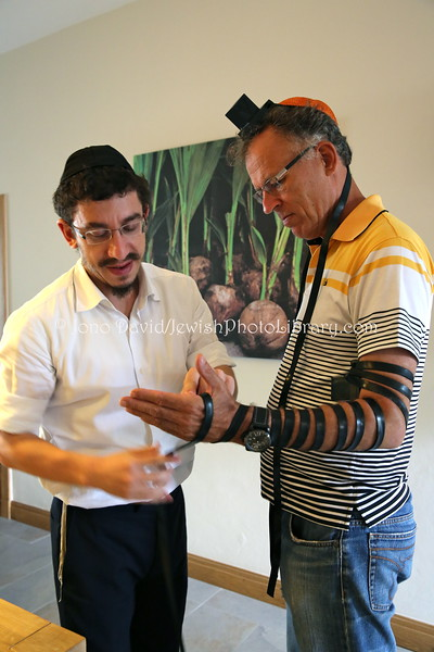 MU 369   Rabbi Laima Barber and Owen Griffiths, President, Island Hebrew Congregation Mauritius, doing tefillin