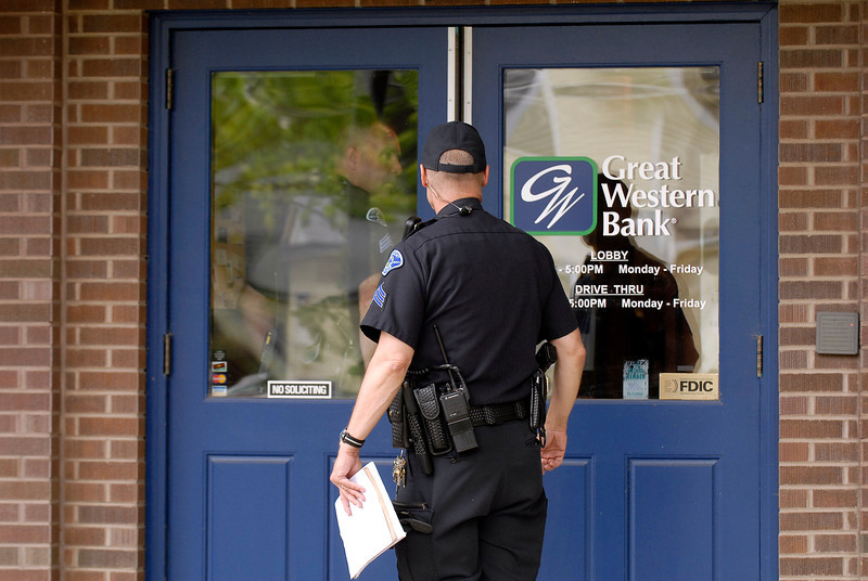 20100629_RMH_POLICE_GREAT_WESTERN_BANK_ROBBERY_3
