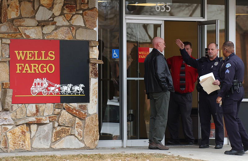 20110125_RMH_POLICE_WELLS_FARGO_BANK_ROBBERY