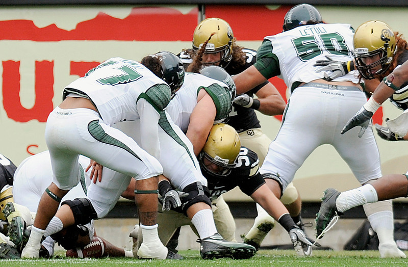 20100918_FBC_CU_HAWAII_MONIZ_FUMBLE