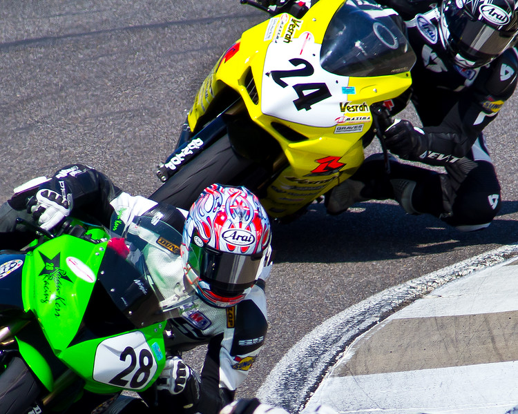 No. 28 Ryan Kerr on his Kawasaki Ninja ZX-6R leads Travis Wyman on his Suzuki GSX-R600