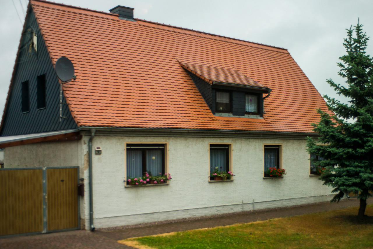 SIMPLE, SINGLE FAMILY HOME IN GREISEN.