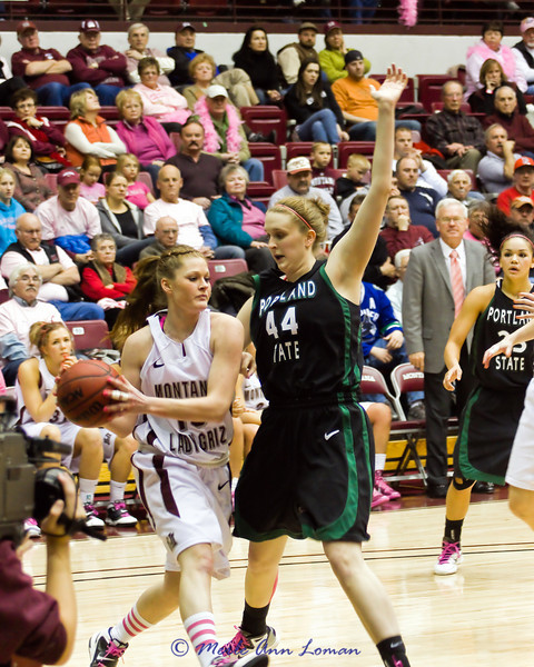 Kenzie De Boer with the ball.