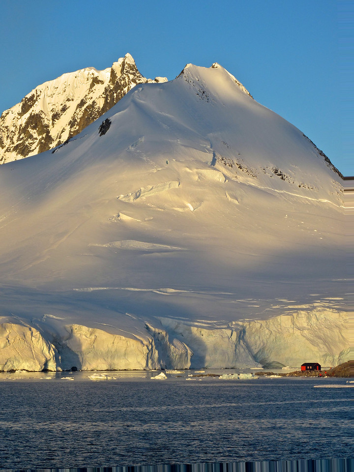 As we departed Port Lockroy late in the evening, the cloudless skies provided us with a spectacular sunset.