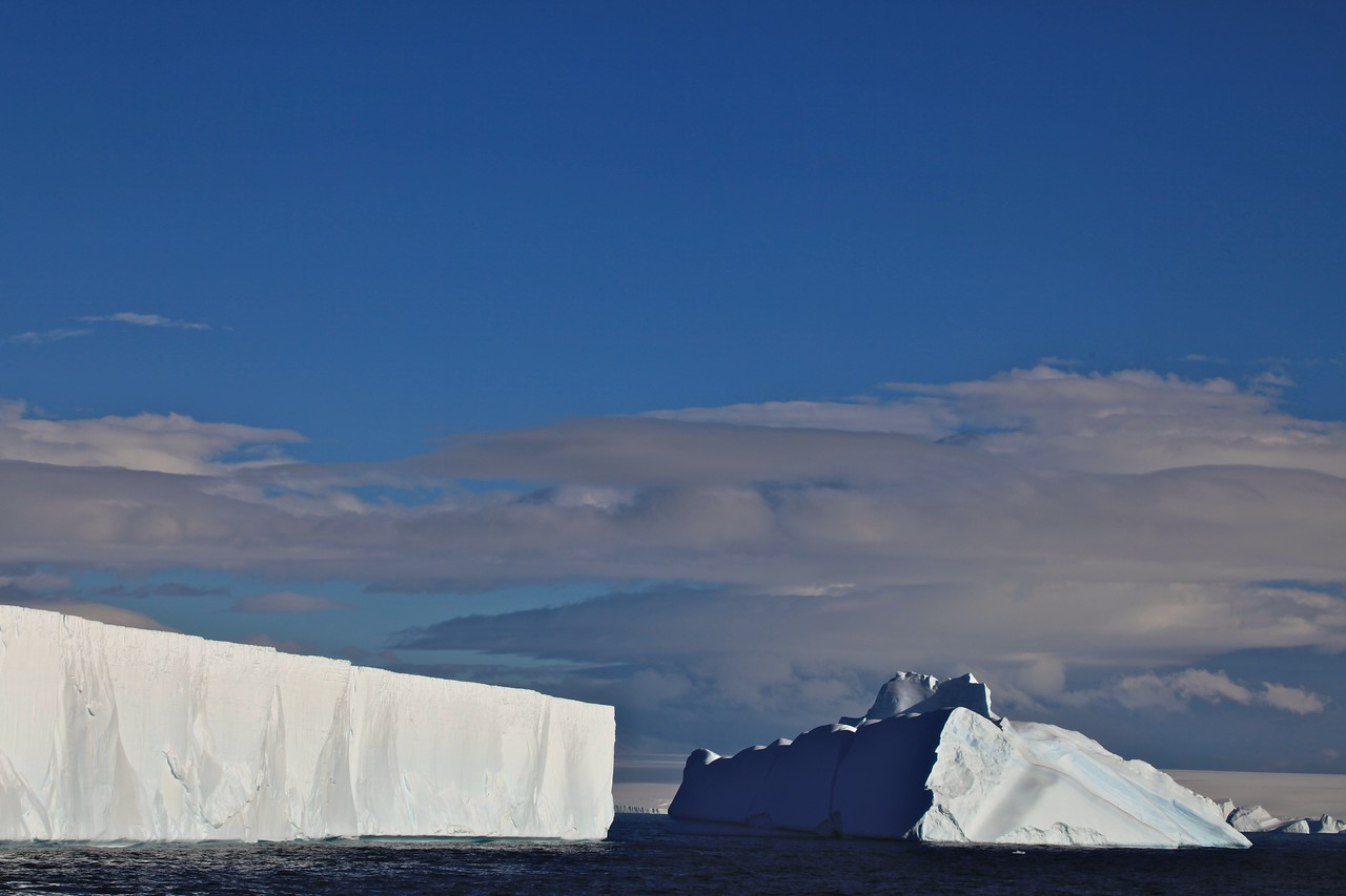 he two basic types of iceberg forms are tabular and non-tabular. Tabular icebergs have steep sides and a flat top, much like a plateau, with a length-to-height ratio of more than 5:1.