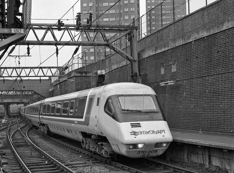 370006 arriving at Euston with the 08:00 Glasgow - Euston, on 24th August 1984. <br /> This was running at the time as an unadvertised relief. Scanned negative.