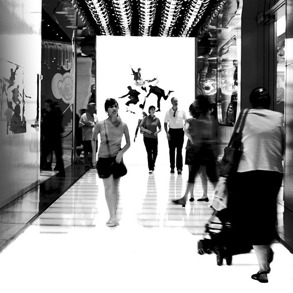 The hallway that leads to the lobby of Mirage Hotel and Resort in Las Vegas. It is full of light from above, the floor and the walls. I was attracted by the people walking with the graphics of the Beatles'bodies on the illuminated wall. The ticket counter is on the left side. On the right of this hallway is the gift shop.