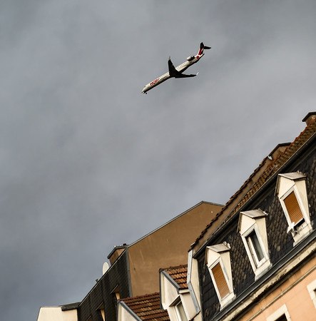 The plane flies to land over the houses of Strasbourg