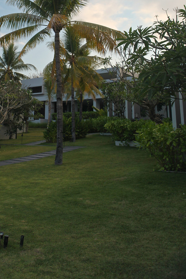 The grounds are immaculately kept.  Here's a view of the main building & lobby from across the property.