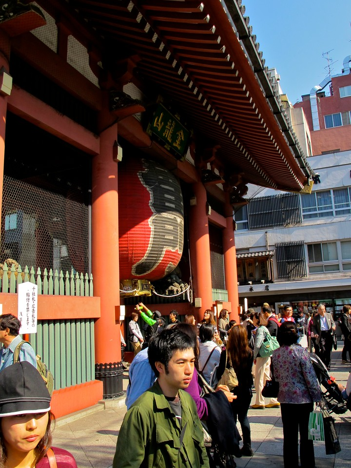 The Kaminarimon was first built in 942 by Taira no Kinmasa. It was reconstructed in its current location in 1635. The gate has been destroyed many times throughout the ages.  The Kaminarimon's current structure dates from 1960