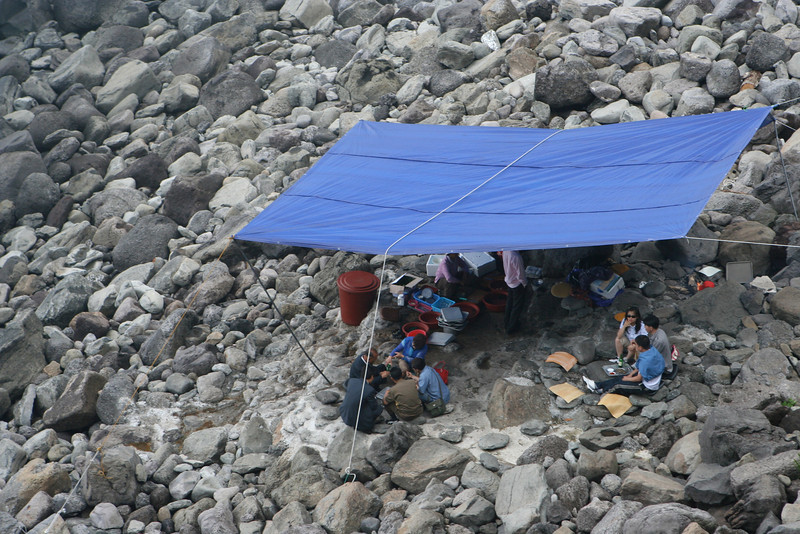 Here a family decides to have lunch on the rocky and uncomfortable beach.