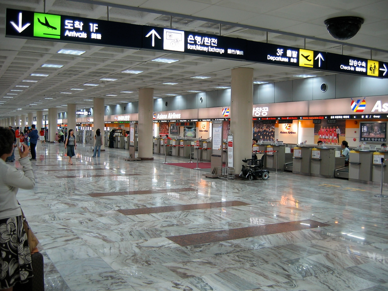 Gimpo AIrport ticketing area.  Gimpo is used for all domestic flights within Korea as of 2001.  International flights depart from Incheon International Airport about 35 miles away