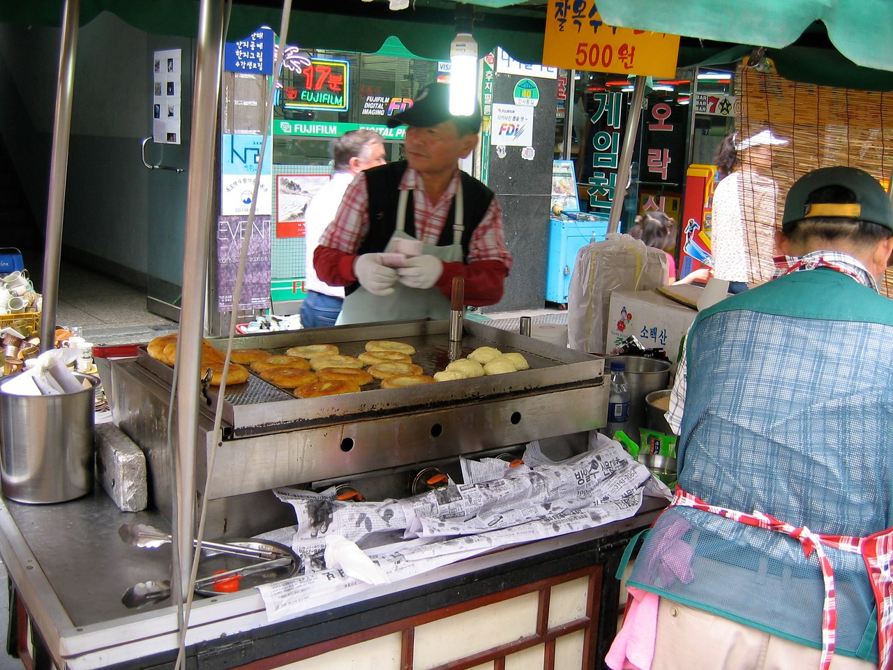 Here a vendor makes more of those tasty Korean pancakes in Insa-dong in Seoul.