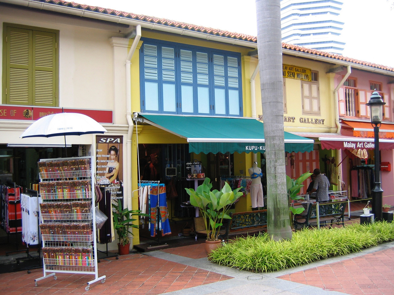 Along the pedestrian corridors, you can find shops selling baskets, handicrafts and many other unique items.