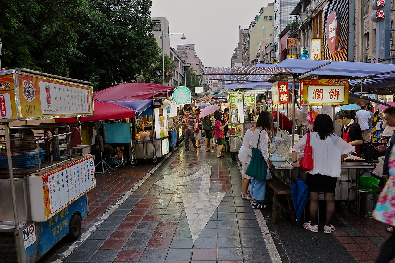 The street is closed to traffic during the market, so it's very walkable.  If it's raining, you'll be fighting against the umbrellas, so be prepared.