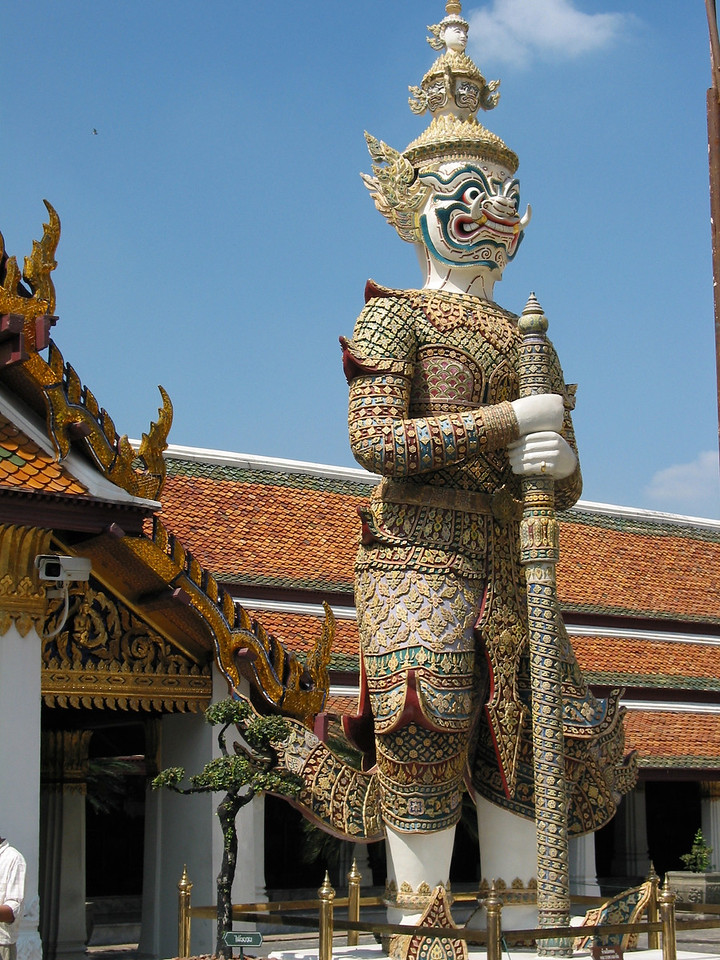 There are six pairs of demon guardian statues at the entrance gates to temple. These are the main Giants of the Ramayana