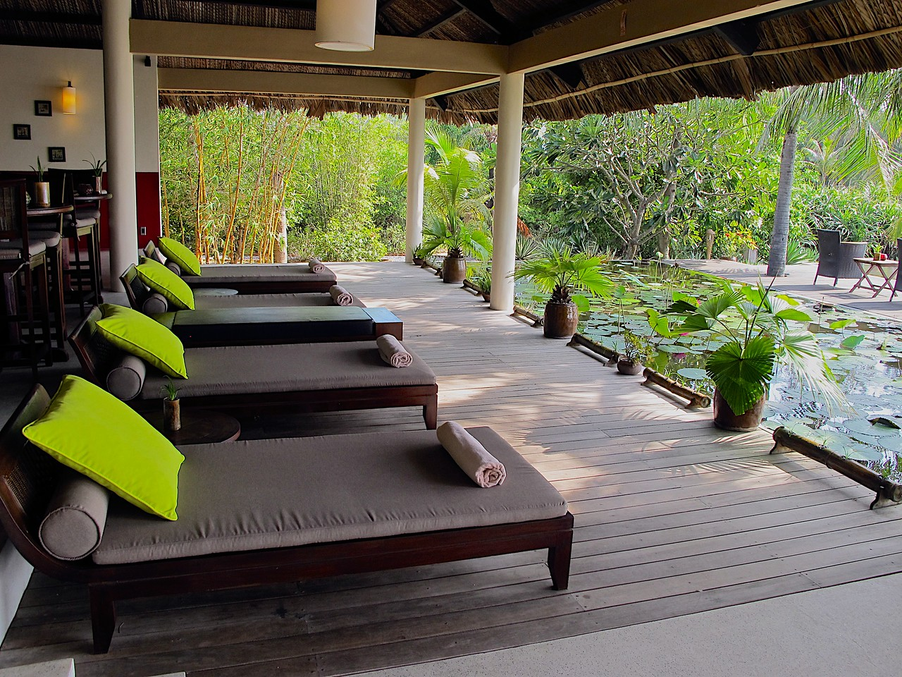 ….as well as several lounge chairs in the shade facing the ocean and main pool.