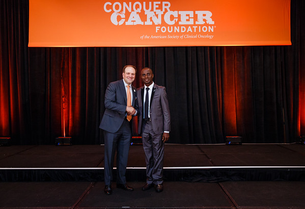 2017 IDEA Recipient Rotimi David, MBBS with Thomas G. Roberts, Jr., MD, Chair of the Conquer Cancer Foundation Board of Directors, during 2017 Grants & Awards Ceremony and Reception