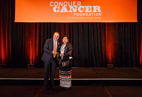 2017 IDEA in Palliative Care Recipient Wah Wah Myint Zu, MBBS with Thomas G. Roberts, Jr., MD, Chair of the Conquer Cancer Foundation Board of Directors, during 2017 Grants & Awards Ceremony and Reception