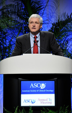 Chicago, IL - ASCO 2011 Annual Meeting:  Mark  Kris speaks during the Oral Abstract Presentation session at the American Society for Clinical Oncology Annual Meeting here today, Sunday June 5, 2011. Over 25,000  physicians, researchers and healthcare professionals from over 100 countries are attending the meeting which is being held at the McCormick Convention center and features the latest cancer research in the areas of basic and clinical science. Date: Sunday June 5, 2011 Photo by © GMG/Phil McCarten 2011 Technical Questions: todd@toddbuchanan.com; ASCO Contact: photos@asco.org Event Name: Oral Abstract Presentation