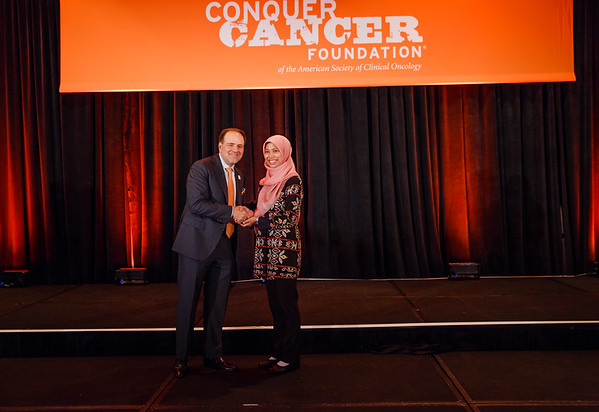2017 IDEA in Palliative Care Recipient Diah Martina, MD with Thomas G. Roberts, Jr., MD, Chair of the Conquer Cancer Foundation Board of Directors, during 2017 Grants & Awards Ceremony and Reception