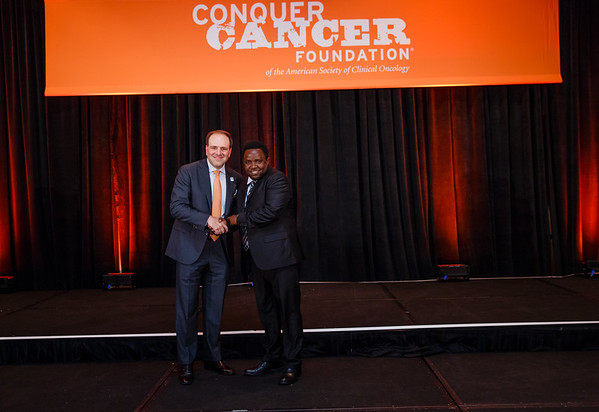 2017 IDEA Recipient Shakilu Kayungo, MD with Thomas G. Roberts, Jr., MD, Chair of the Conquer Cancer Foundation Board of Directors, during 2017 Grants & Awards Ceremony and Reception