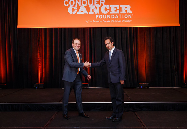 2017 IDEA Recipient Jose Enrique Gonzales Nogales, MD with Thomas G. Roberts, Jr., MD, Chair of the Conquer Cancer Foundation Board of Directors, during 2017 Grants & Awards Ceremony and Reception