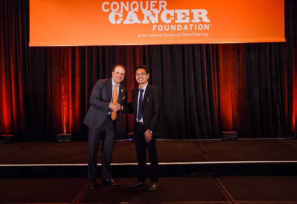 2017 IDEA Recipient Paolo Sogono, MD, BS with Thomas G. Roberts, Jr., MD, Chair of the Conquer Cancer Foundation Board of Directors, during 2017 Grants & Awards Ceremony and Reception