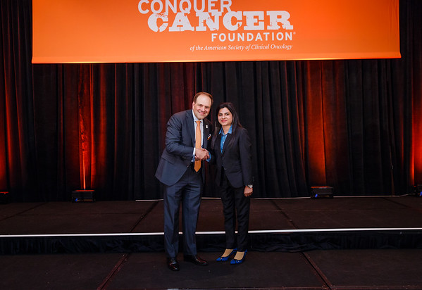 2017 IDEA Recipient Nida Anwar, MBBS, FCPS with Thomas G. Roberts, Jr., MD, Chair of the Conquer Cancer Foundation Board of Directors, during 2017 Grants & Awards Ceremony and Reception